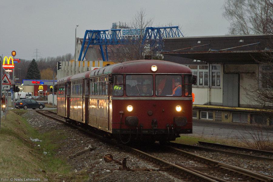796 802 + 996 299 + 796 690 knattern das Industriegleis in Paderborn hinauf.