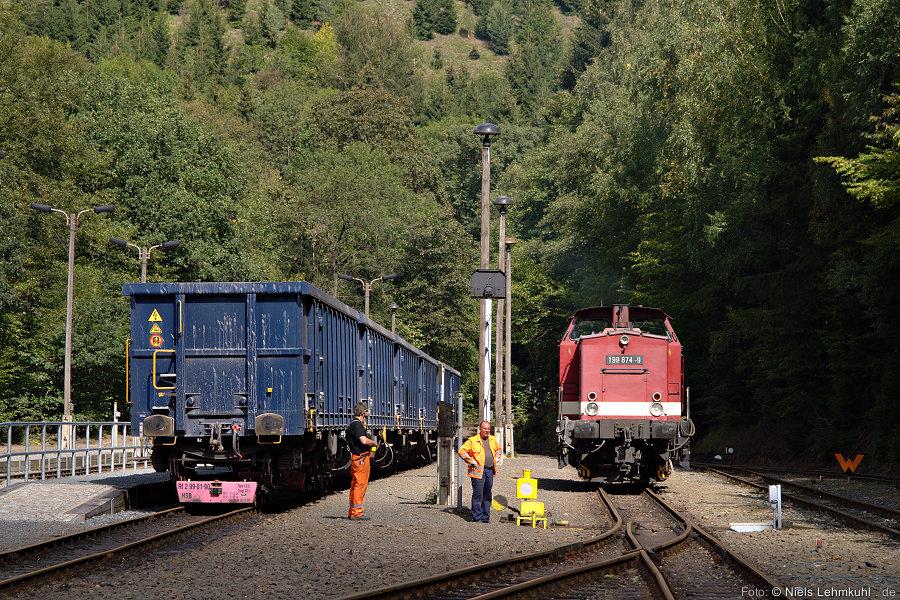 Das Harzkamel umfährt im Bahnhof Eisfelder Talmühle die beladenen Schotterwagen.