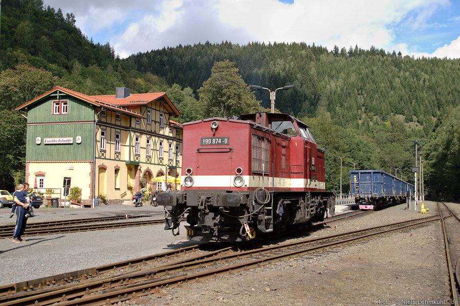 HSB 199 874 vor dem Empfangsgebäude im Bahnhof Eisfelder Talmühle.