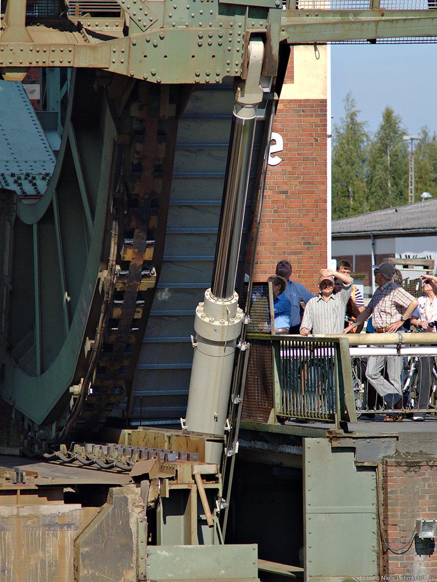 Hydraulikzylinder der Eisenbahn-Rollklappbrücke über die Hunte in Oldenburg