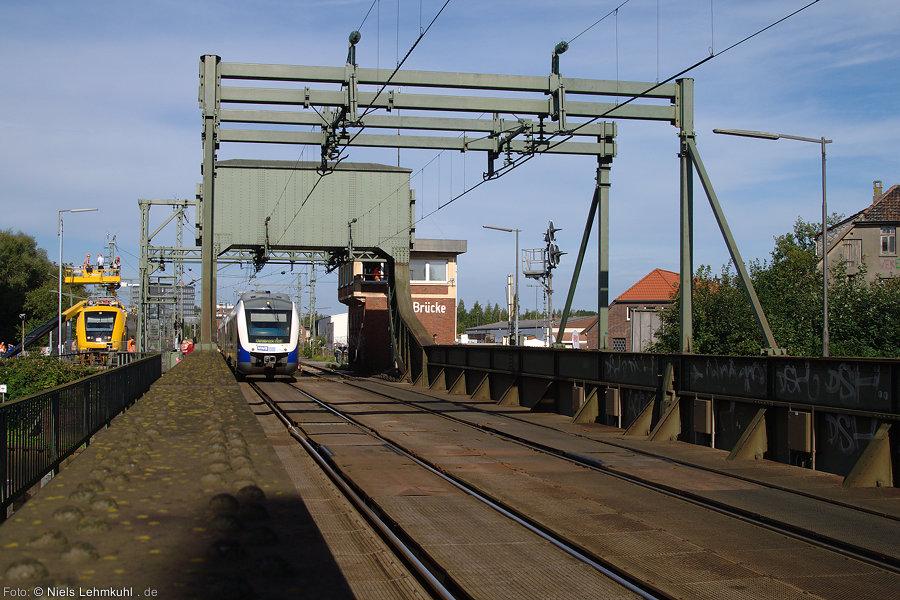 NWB VT511 und Anhang als NWB 82312 von Rastede nach Osnabrück auf der Huntebrücke in Oldenburg.