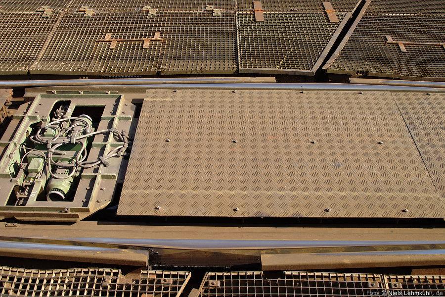 In die verbliebene Lücke werden keilförmige Schienenstücke gepresst.