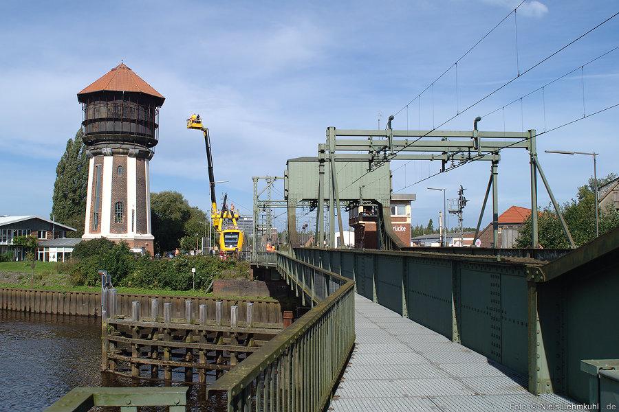 Der weithin sichtbare ehemalige Wasserturm und die Rollklappbrücke über die Hunte in Oldenburg