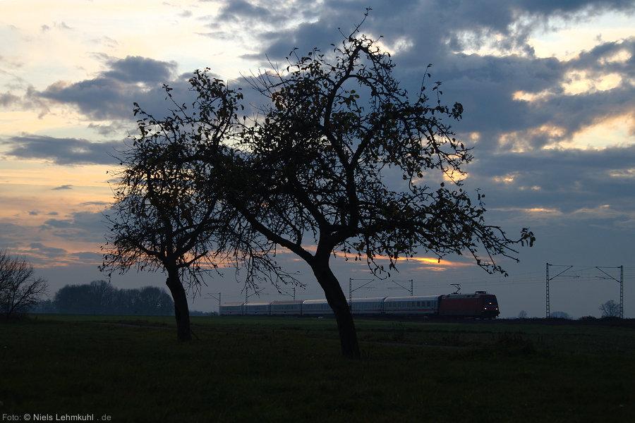 Leicht verspätet, da ohne Steuerwagen unterwegs, rauscht IC 2151 durch die Westfälische Bucht. (Scharmede, 2011-11-22)
