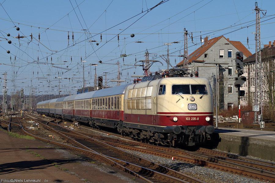 """103 235 mit IC 2417 (auch als """"IC 79"""" bekannt) und Osterhasen an Bord einfahrend zum zusätzlichen Halt am 25.3. 2012 im Osnabrücker Hbf."""