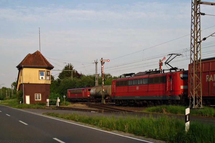 Güterzugüberholung in Velpe: 151 053 wartet mit Automobilteilen die Überholung ab.