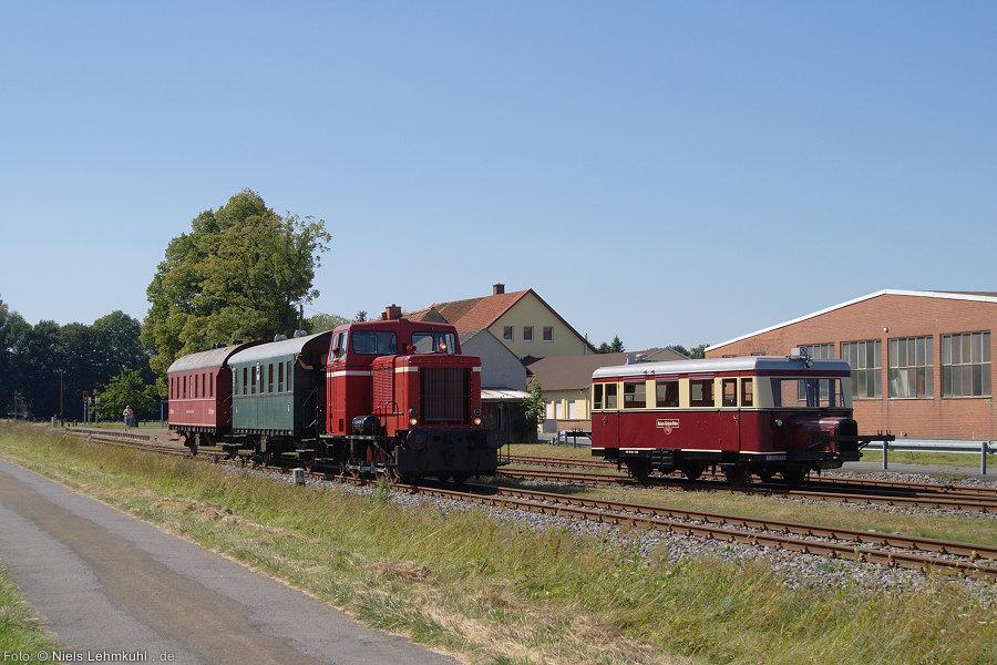 Die DL2 mit (witterungsbedingt kurzem) Nebenbahnzug begegnet dem Triebwagen. Bei Temperaturen weit über 30°C fanden sich verständlicherweise nur wenige Fahrgäste für die angebotenen Fahrten.