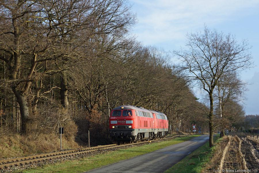 225 017 und 225 021 rollen über die Anschlussbahn in das ExxonMobil Werk. (Großenkneten, 2012-12-27)