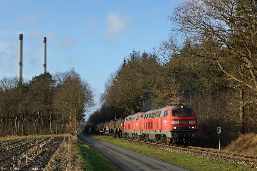 225 021 und 225 017 ziehen einen beladenen Schwefelzug aus dem Werk in den Bahnhof, um ihn wenig später als 60752 nach Osnabrück zu bringen. (Großenkneten, 2012-12-27)