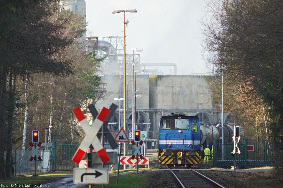 Für die Zusammenstellung der Garnituren und die Rangierfahrten im Werk sorgt Lok Schöma 5718. (Großenkneten, 2012-12-27)