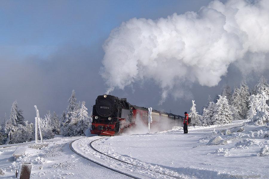 HSB 99 7232 kommt mit dem nächsten Zug aus Drei Annen Hohne wieder die Brockenspirale hinauf gedampft.
