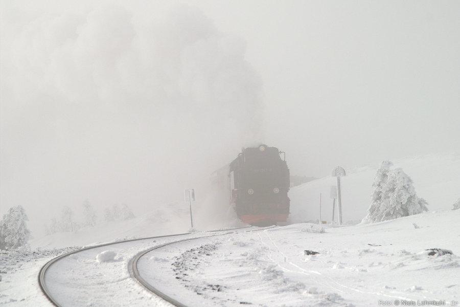 Kurz vor der Einfahrt in den Brockenbahnhof taucht HSB 99 7241 aus den Wolken auf.