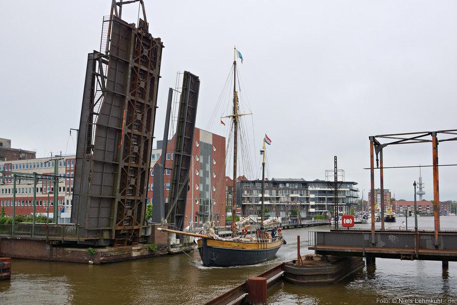 Lotsenkutter EEMS No1 passiert die Klappbrücke in Emden