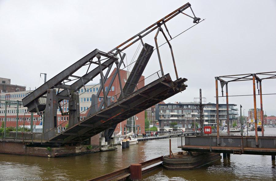 Eisenbahn-Klappbrücke über den Binnenhafen in Emden
