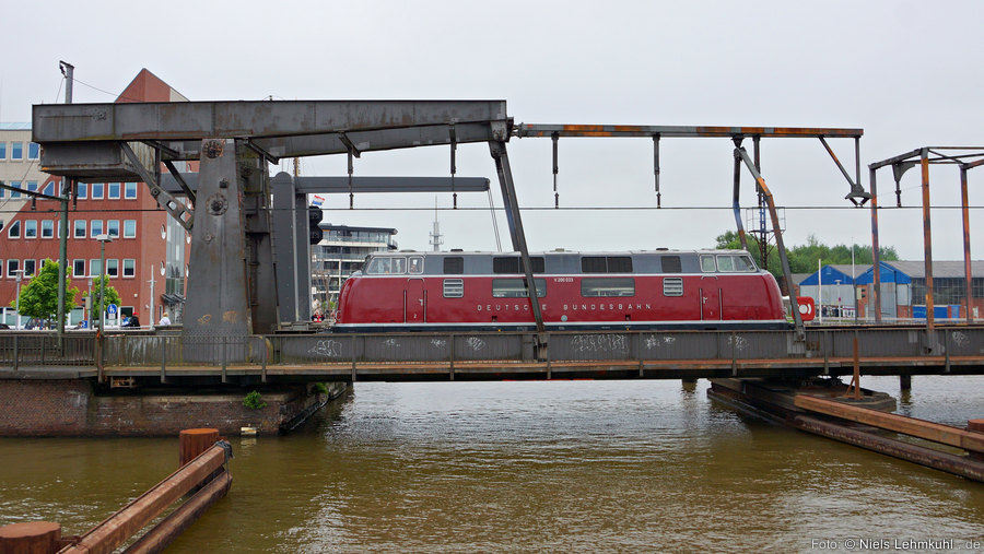 V200 033 auf der Klappbrücke über den Binnenhafen. (Emden)