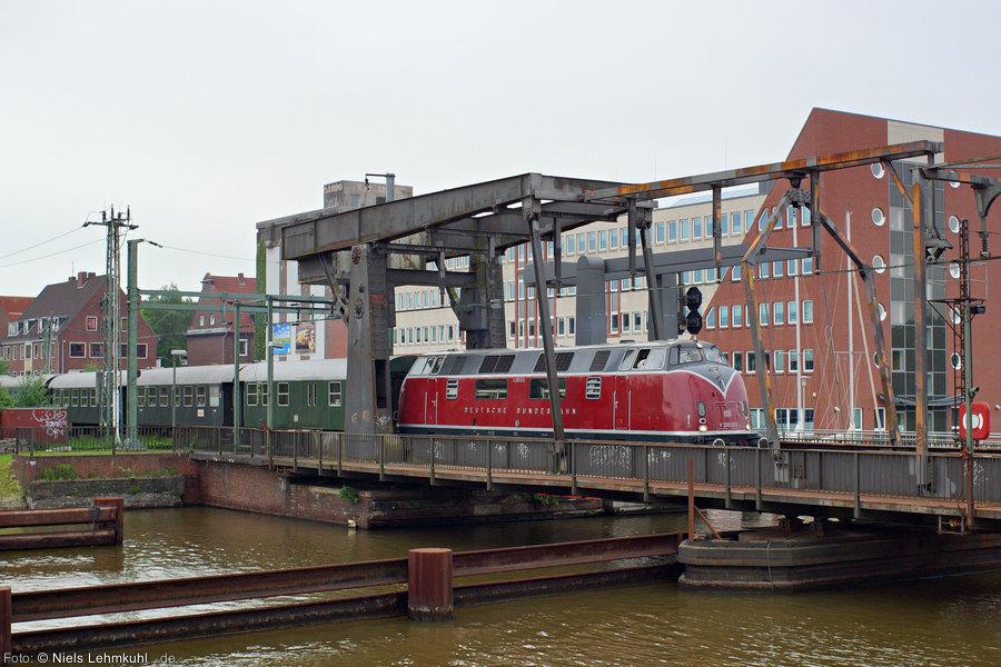 V200 033 mit Sonderzug auf der Klappbrücke in Emden