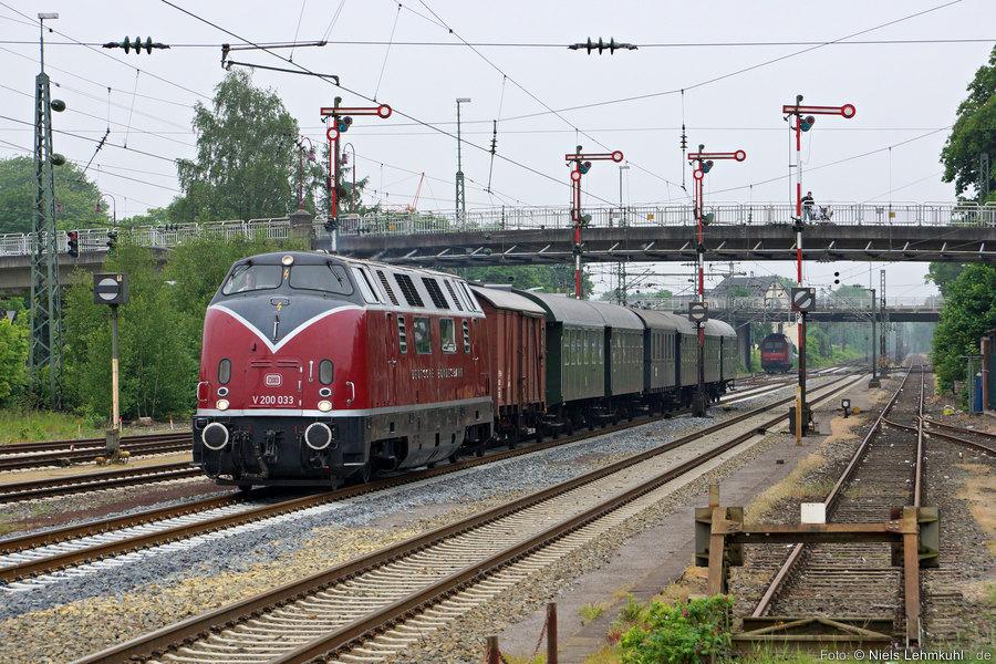 """MEH V200 033 mit Sonderzug zu den """"Matjestagen"""" nach Emden im Bahnhof Lingen. (2013-06-01)"""