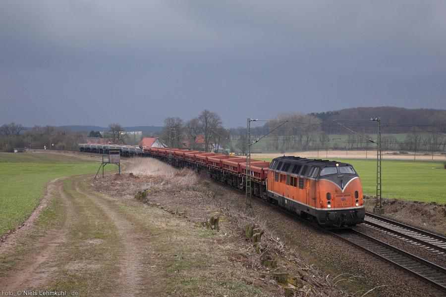 BEG 221 135 mit leerem Schotter-/Kieszug bei Vehrte (2015-03-15)