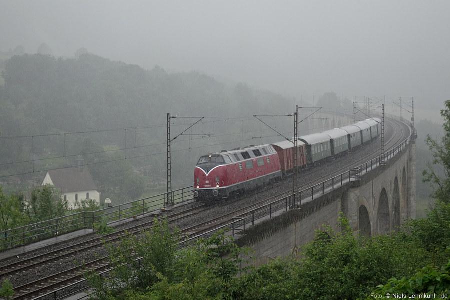 MEH V200 033 auf dem Viadukt im Regen