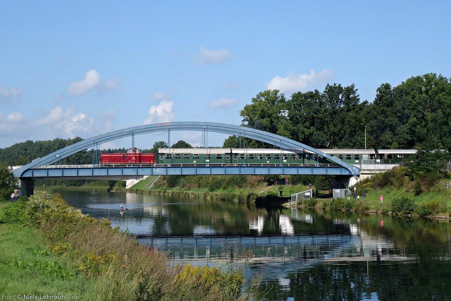 V65 001 mit Pendelzug auf der Kanalbrücke.
