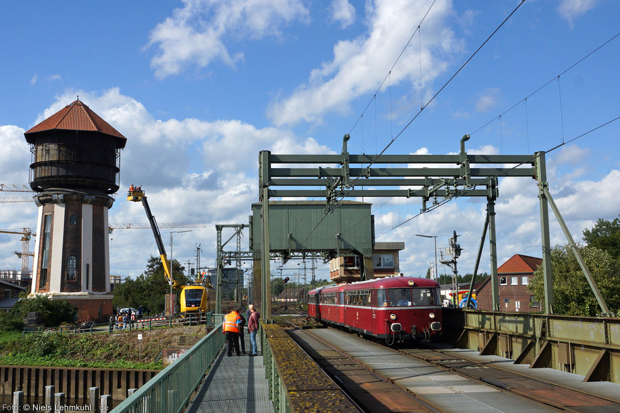 VT98 in Oldenburg auf der Huntebrücke mit Wasserturm