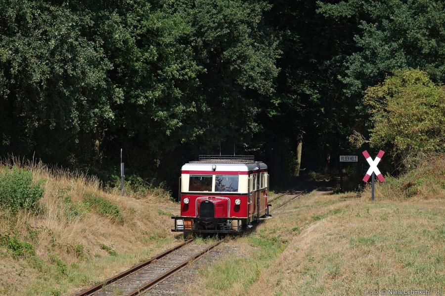 Der T41 verlässt am Haltepunkt Vilser Holz den schattigen Wald&ellip; (2018-08-04)