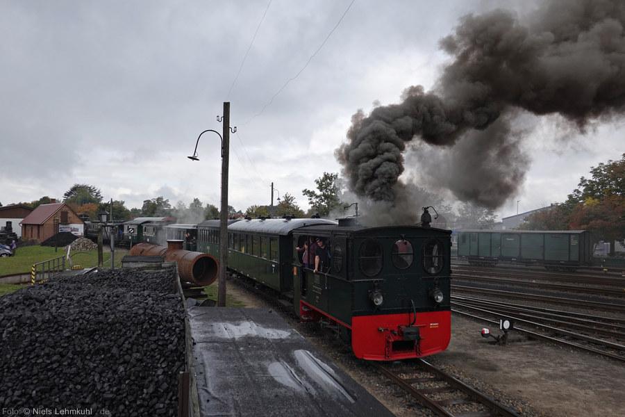 """DEV """"Plettenberg"""" mit langem Personenzug, ausfahrend aus Bruchhausen-Vilsen (2019-10-03)"""