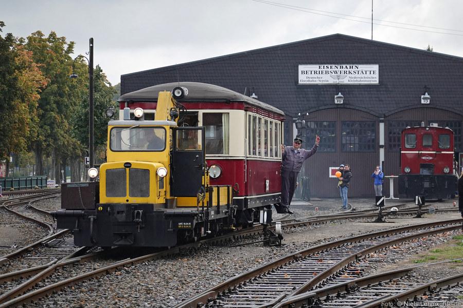 """Mit dem Skl """"Friedhelm"""" wird der T42 zur Tankstelle rangiert. (Bruchhausen-Vilsen, 2019-10-03)"""