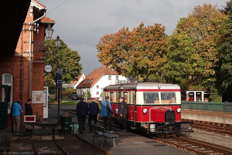 DEV T41 wartet in Bruchhausen-Vilsen auf die Fahrgäste. (2019-10-03)