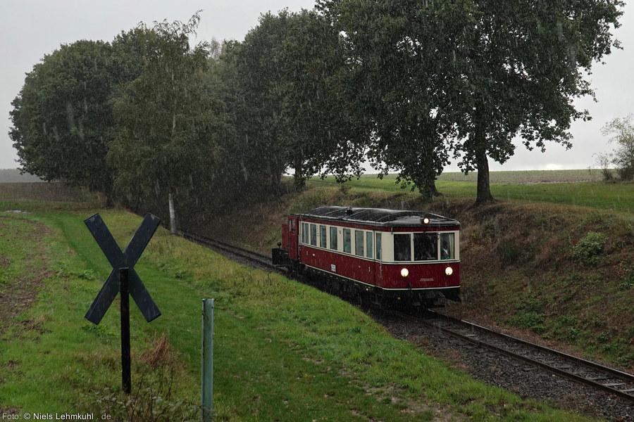 """DEV T42 mit Lok V4 """"Emden"""" am Haltepunkt Vilser Holz. (2019-10-03)"""