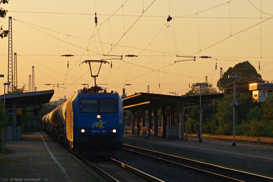 R4C 185 CL-004 durchfährt im Streiflicht der untergehenden Sonne den Bahnhof Lengerich. (2013-06-07)